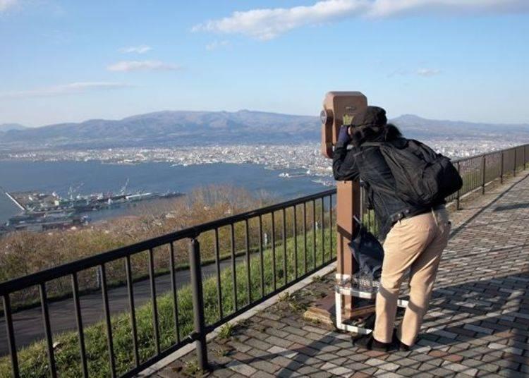 ▲不只山頂廣場,在山頂展望台的各處皆設有望遠鏡(90秒100日圓・含稅)可利用。