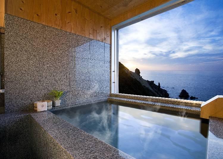 靠近大海那側的客房是超人氣的客房,從此房間內的露天溫泉望去,有一大片絕美景色。