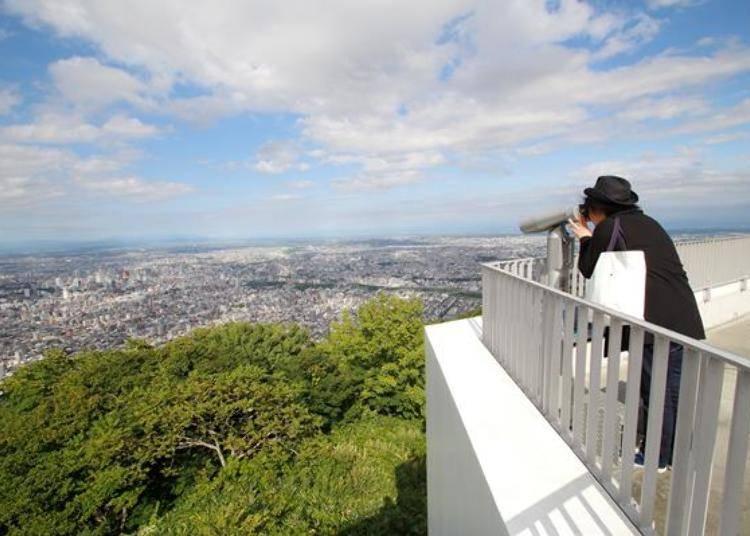 可以用望遠鏡(約100秒100日圓)看看遠方,看看市區的街景。