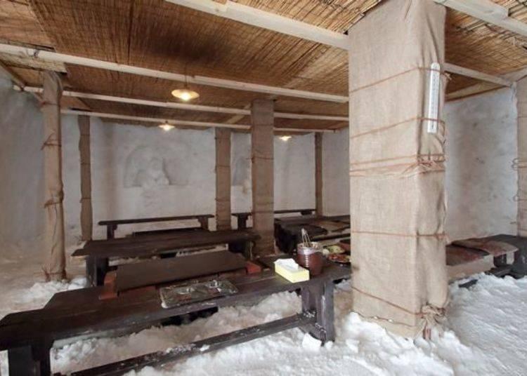 屋內擺設請參考照片。並排著成吉思汗烤羊肉專用的烤爐及座椅。一個烤爐最多可供6名使用,雪屋內最多能容納24名客人用餐。