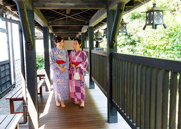 ▲足湯區是在室外。從館內的廣小路走出去後,然後往這條充滿日式風情的走廊走去。