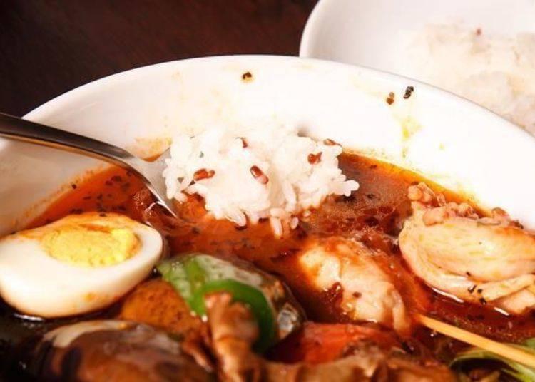 ▲可以看到裡面有混著紅米。其實湯咖哩的吃法並沒有特別的規定,但一般都是先勺起一匙米飯後泡在咖哩高湯中吃。