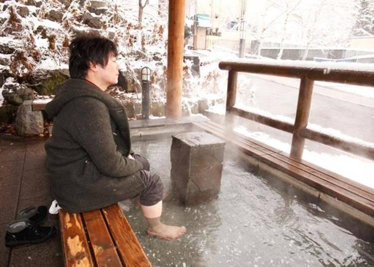 ▲溫泉池底部有許多小石子,可以刺激腳底的穴道,非常舒服。即使外頭下雪依然感到暖烘烘,舒服的讓人快睡著了。