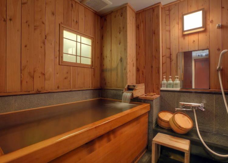 和室內(日式房間內)所附設的檜木溫泉浴室。
