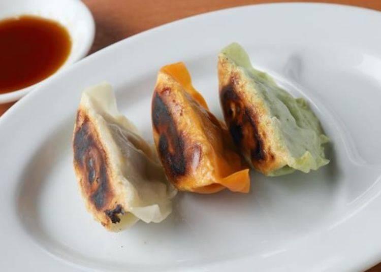 「一口餃子三色」(400日圓,左起為肉汁、微辣及熊笹口味)