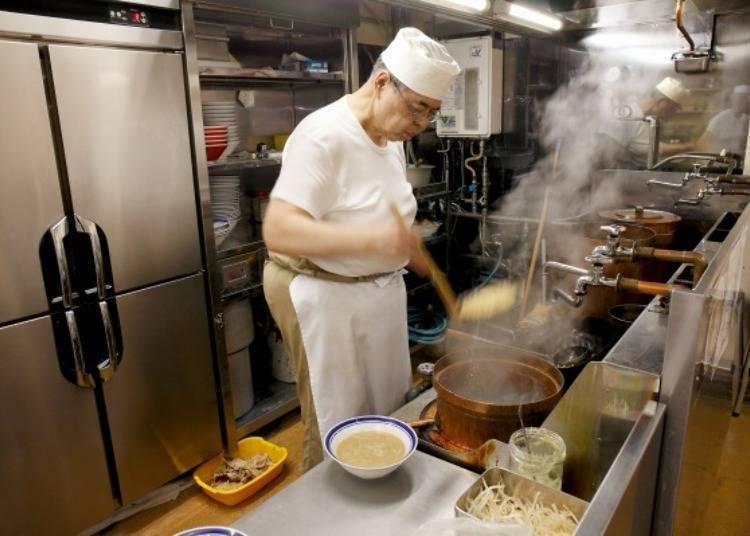 ▲將大鍋中剛煮好的麵瀝掉水氣瀝掉