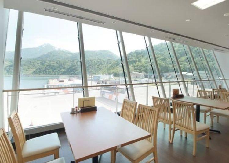 從店內可眺望港口與利尻山的絕景!是個極好的地理位置。