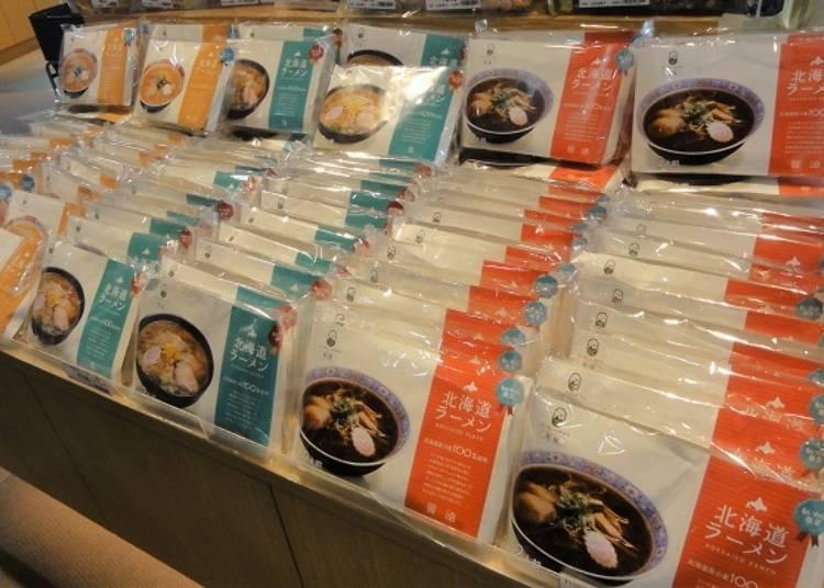 藻岩山的限定商品「北海道拉麵」(有醬油、鹽味、味噌三種口味,每包都是兩人份650日幣,只有鹽味是750日幣)。拉麵麵條是採用100%北海道產的小麥喔!