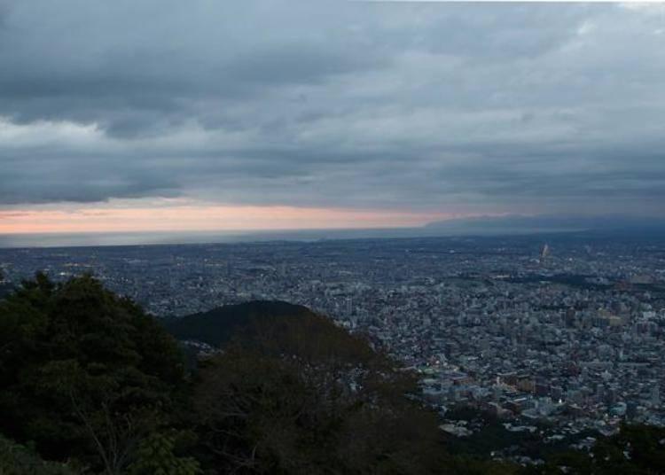 夕陽即將落入山下時。今天的雲比較多,有點擔心晚上無法看到美美的夜景。