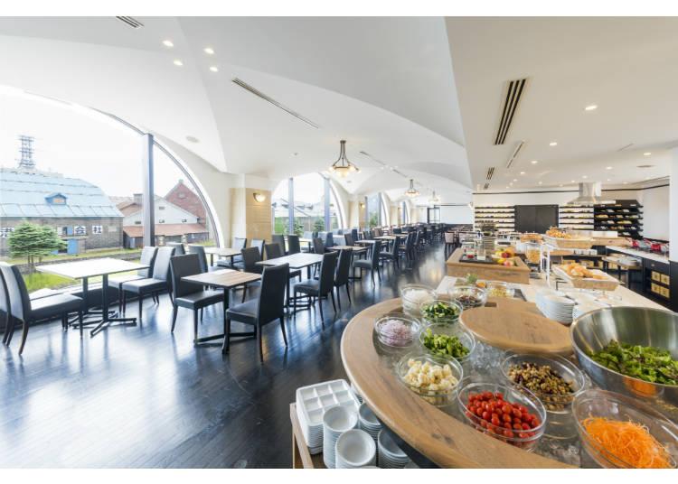 餐廳的空間很寬敞,可以容納的下100位房客。