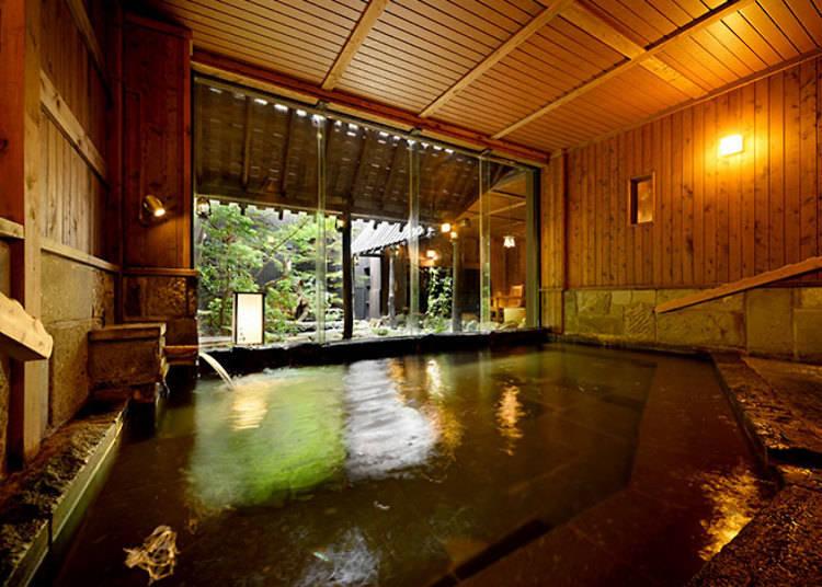 「壱の湯」內的溫泉池。可看到外面的庭園。