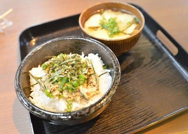▲「鯖魚美乃滋蓋飯」(350日圓)與「煎餅汁」(後方・250日圓)