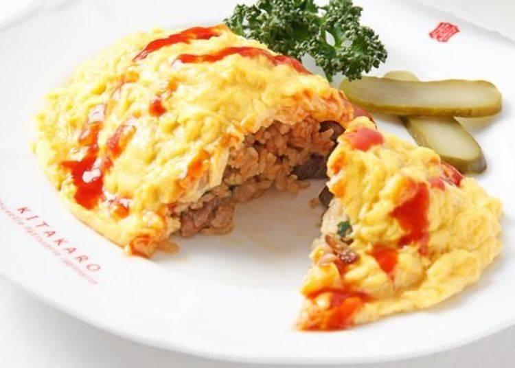 ▲擠上番茄醬後從中切開蛋包飯,可以看見牛排肉及香菇等配料充滿其中