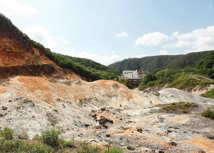 在婉如搗蒜臼形狀的凹陷山谷間沒有任何的草木,僅有灰白色和紅褐色的山岩。