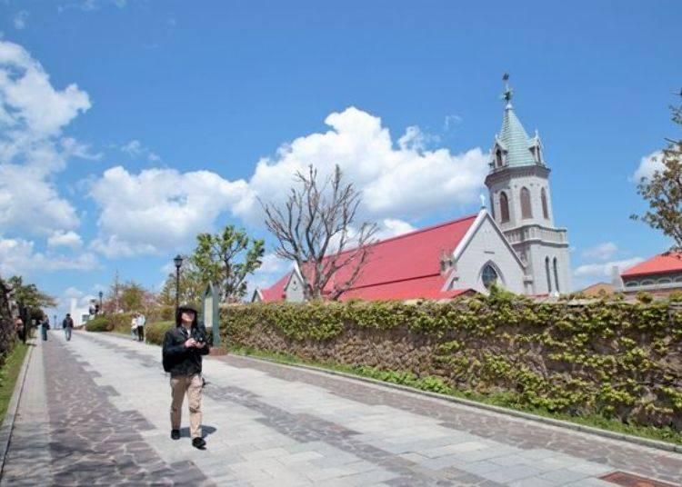 ▲可以看見教會的此區域,因為5月1日~8月31日的10:00~16:00區劃成行人專用步道,所以此段時間可以不用在意來往的車輛、盡情享受散策與紀念拍攝的時光喔。