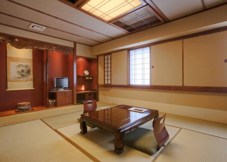 有附設檜木溫泉浴室的和室(日式房間),房內空間有12疊榻榻米的榻榻米房間。