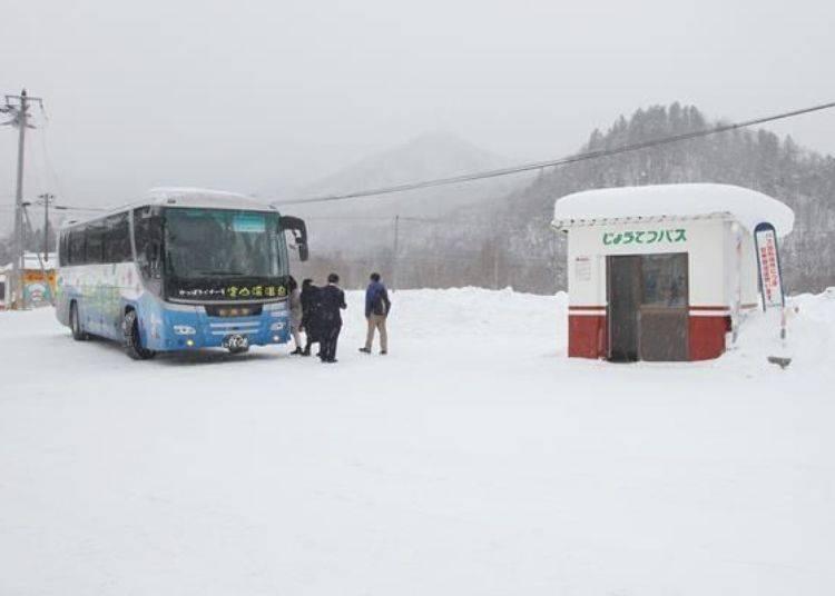 豐平峽溫泉前的巴士站。
