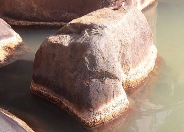 露天溫泉周圍都是岩石,在露天溫泉池周圍的岩石邊緣都是俗稱為湯花的礦物質結晶體!