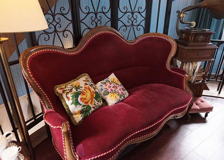 ▲真想坐在這張典雅復古的沙發上一邊休息一邊聽聽留聲機放出的輕鬆音樂呢