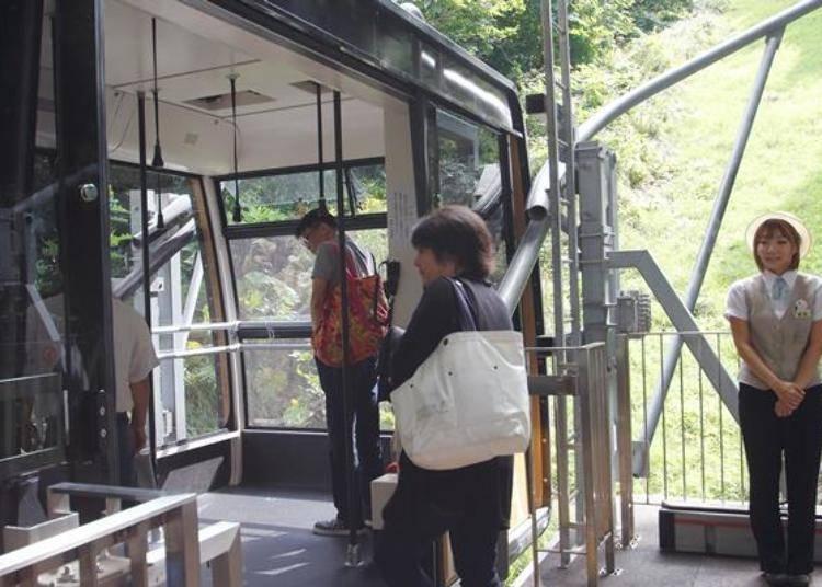 如果只是單純的搭纜車就太浪費了!在纜車車廂後方的窗邊可是眺望景色的好地方,可以提前去排隊,站到窗邊的位子欣賞風景。