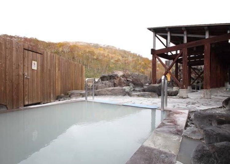 男性專用的露天溫泉也有開放感十足的空間。