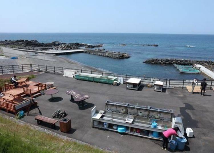 前面這一區就是剖海膽與品嚐海膽的地方。體驗捉海膽的活動時就是要搭被繩子拴在右邊海面上的小船。