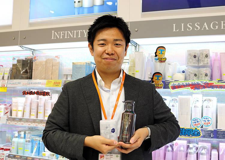 這次接受採訪的是Inbound事業部的竹村航平先生。照片右邊是「La ViLLA ViTA」,左邊是化妝品區的人氣商品佳麗寶「LISSAGE酵素洗顏粉」