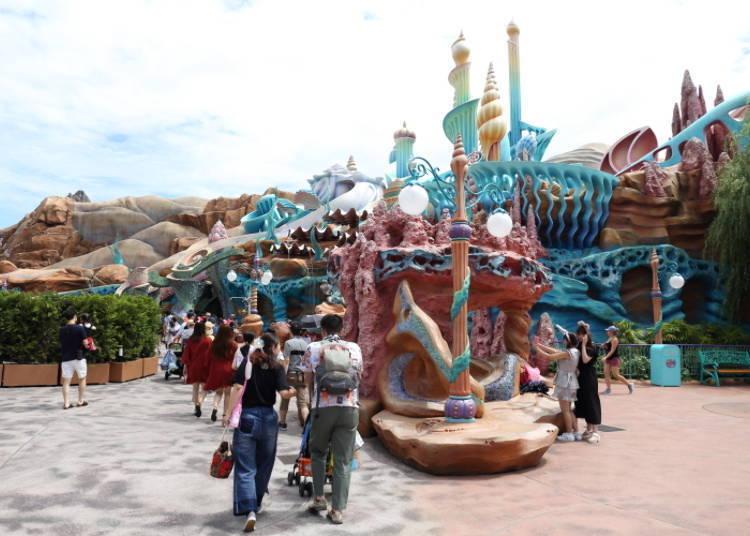 外觀充滿海洋氣息的「美人魚礁湖(マーメイドラグーン)」,劇場就位在其中