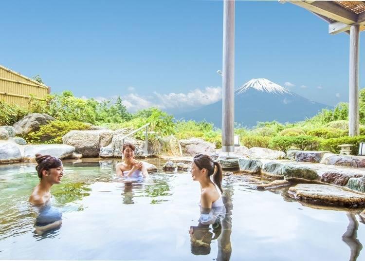 在露天浴池中能一邊泡湯,一邊眺望富士山的壯麗景色