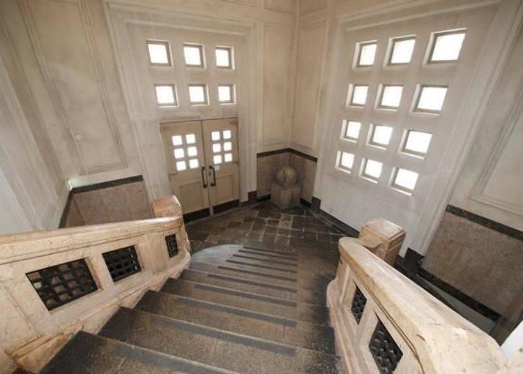 ▲從樓梯上俯瞰舊玄關大廳的景色宛如油畫般瑰麗