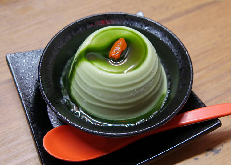 抹茶綠、枸杞紅再加上餐具的黑,這三種顏色是一蘭的招牌慣用配色