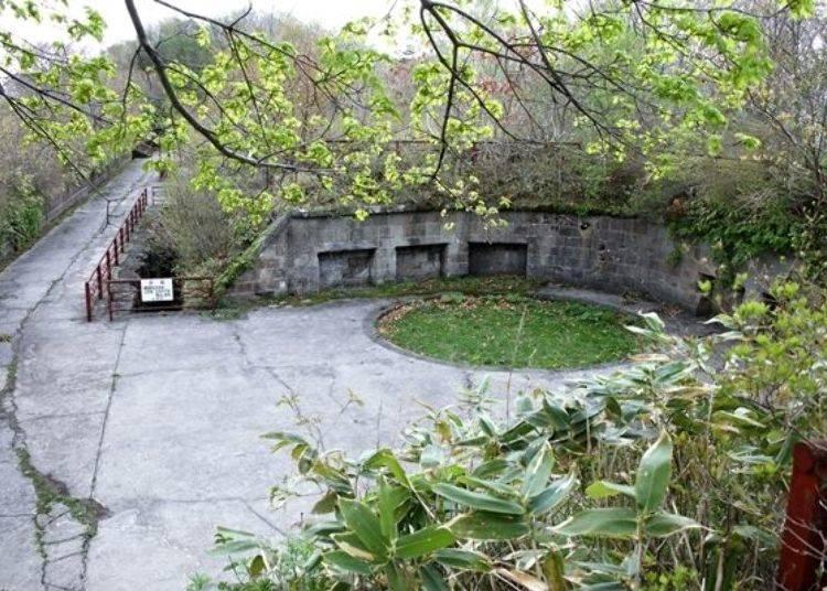 ▲「御殿山第2砲台遺跡(御殿山第2砲台跡)」仍留有往昔的歷史痕跡。從杜鵑山停車場旁的步道步行約3分鐘即可抵達。