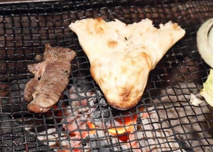 將烤餅撕成一口口的尺寸、用炭火稍微烘烤一下。