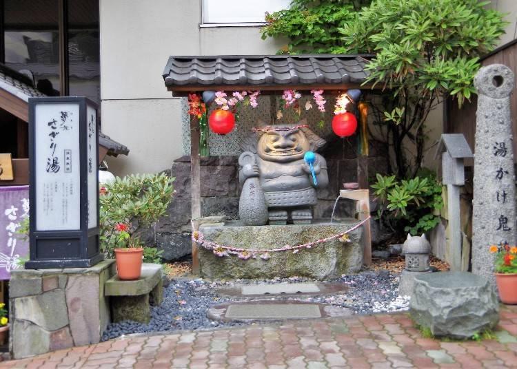 祈求無病無災的石像。設置在當日來回的溫泉設施前。