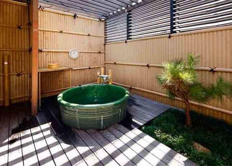 ▲這是有附上露天溫泉的和室房中的陶器製露天溫泉池。