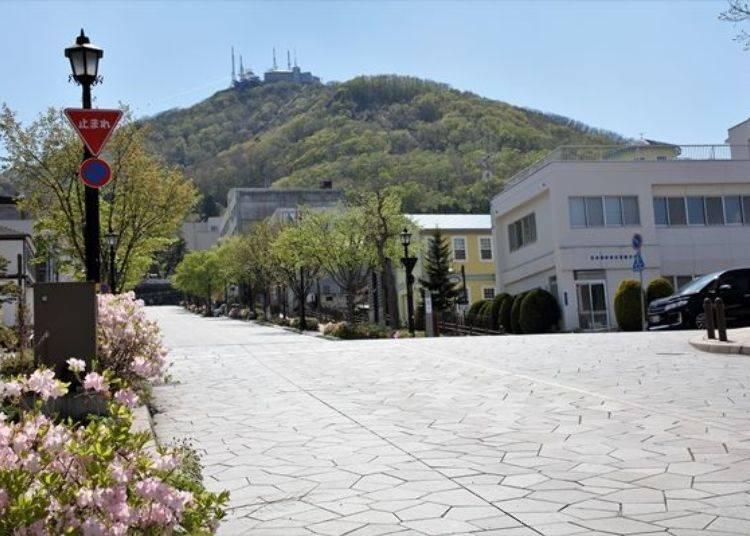 ▲從坡道下方往上眺望,可以很清楚地看見正面的函館山。