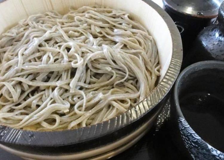 廣受好評的十割蕎麥麵是使用北海道產的蕎麥粉所製作而成!「桶盛蕎麥麵(もりそば)」售價750日元。