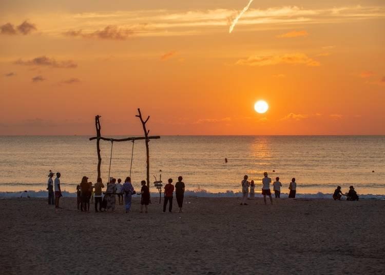 設置在夕日浦海岸的海灘盪鞦韆「YURARI」(4~10月)