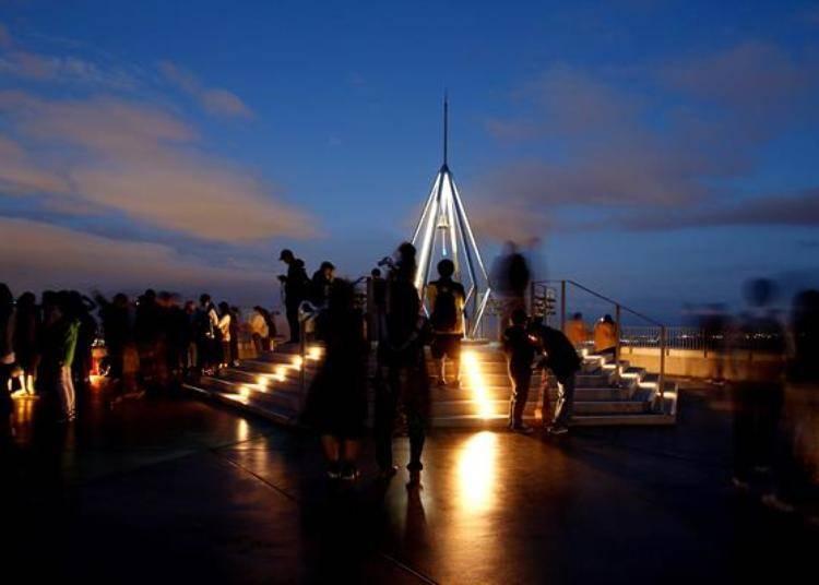 這個時間點遊客變得很多,左方欣賞市區街景的遊客都排成兩三排了。