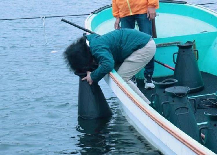 就是這樣用潛水面鏡看海底。故意讓頭髮往前,就像海膽的殼一樣(笑)。女性等長頭髮的朋友要準備一下髮帶或是髮箍比較好喔!