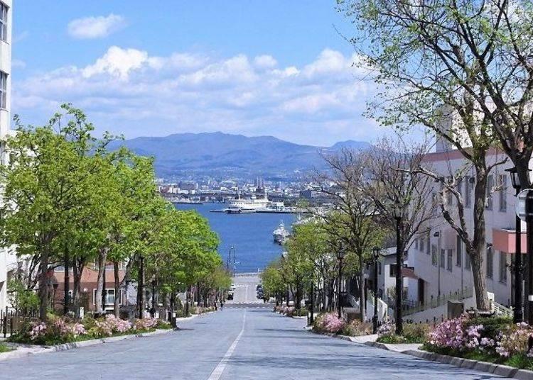 ▲可以看見停泊・展示於函館港的青函連絡船紀念館「摩周丸」正面。