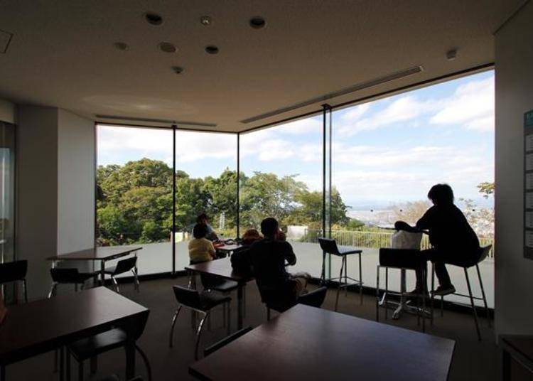 室內設有休息空間,可以從落地窗觀望景觀。在寒冷的冬天時非常適合到這裡喔!