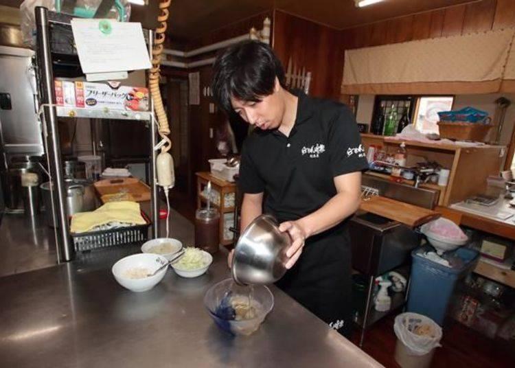 將昆布湯頭倒入容器中,調和獨家特製的調味鹽醬汁,加入燙過的雞胸肉及蔥、細絲昆布後便完成了!