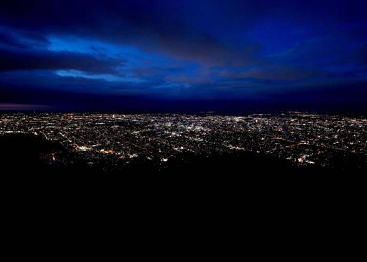 日落後,天空漸漸變成深藍色,街上的燈光開始閃閃發亮。