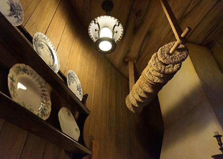 ▲在廚房抬頭往上一看可以看到上頭吊著許多能長期存放的麵包