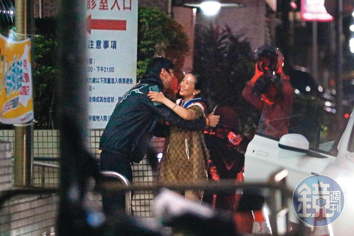 23:07 果不其然,是蕭敬騰的經紀人女友Summer;Summer一見面就給人父向佐一個大擁抱。