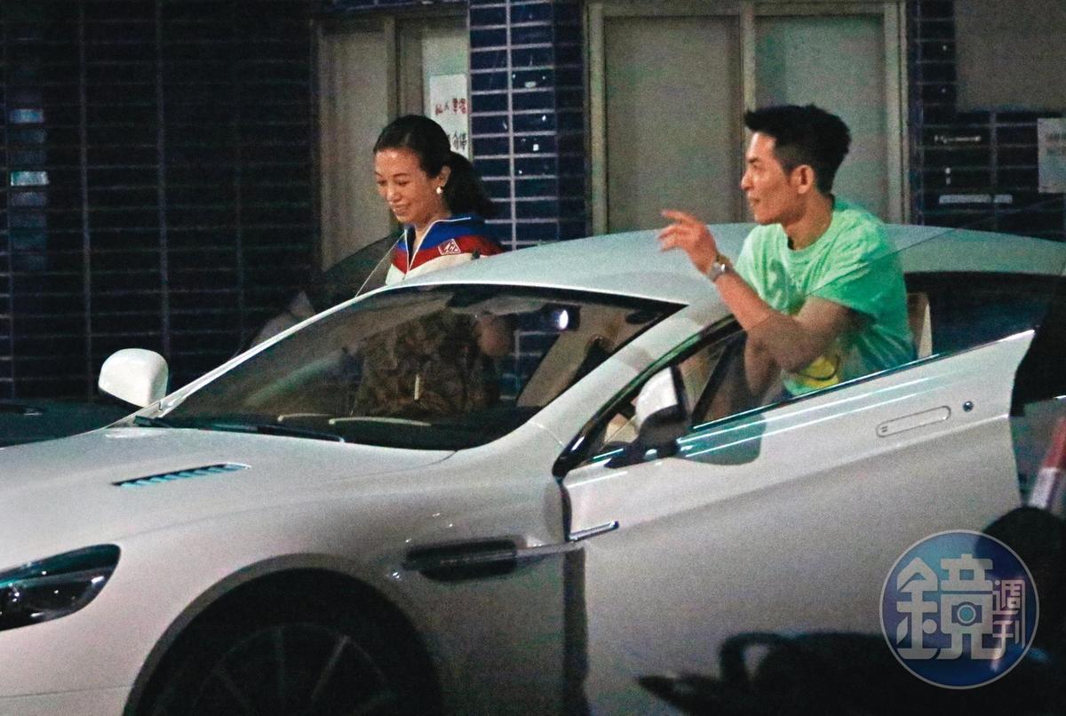 23:50 上了愛車白色奧斯頓馬丁,蕭敬騰與Summer又成雙成對離開,後來跑去按摩放鬆。
