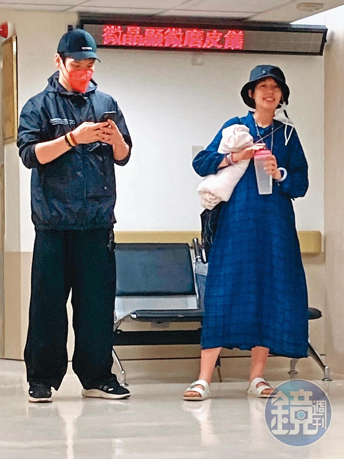 15:17郭碧婷與向佐在產女前形影不離,看得出來孕婦的心情相當不錯。