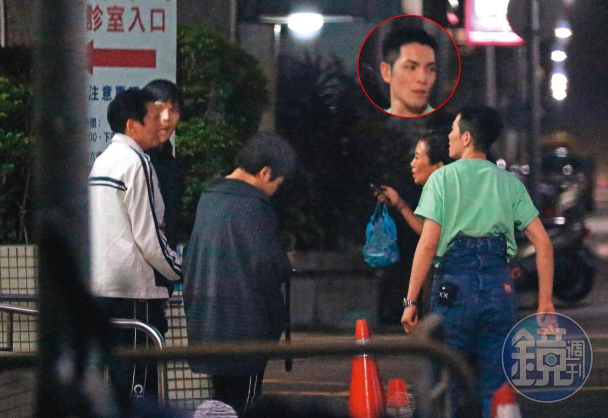 10/1 23:48 待在醫院近1個小時,蕭敬騰與Summer準備離開,向佐與爸媽還送兩人到門口,顯見好交情。