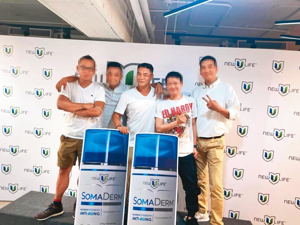 消失演藝圈的藝人郭世倫(中),今年6月也正式加入小藍瓶的直銷行列。(翻攝自郭世倫臉書)